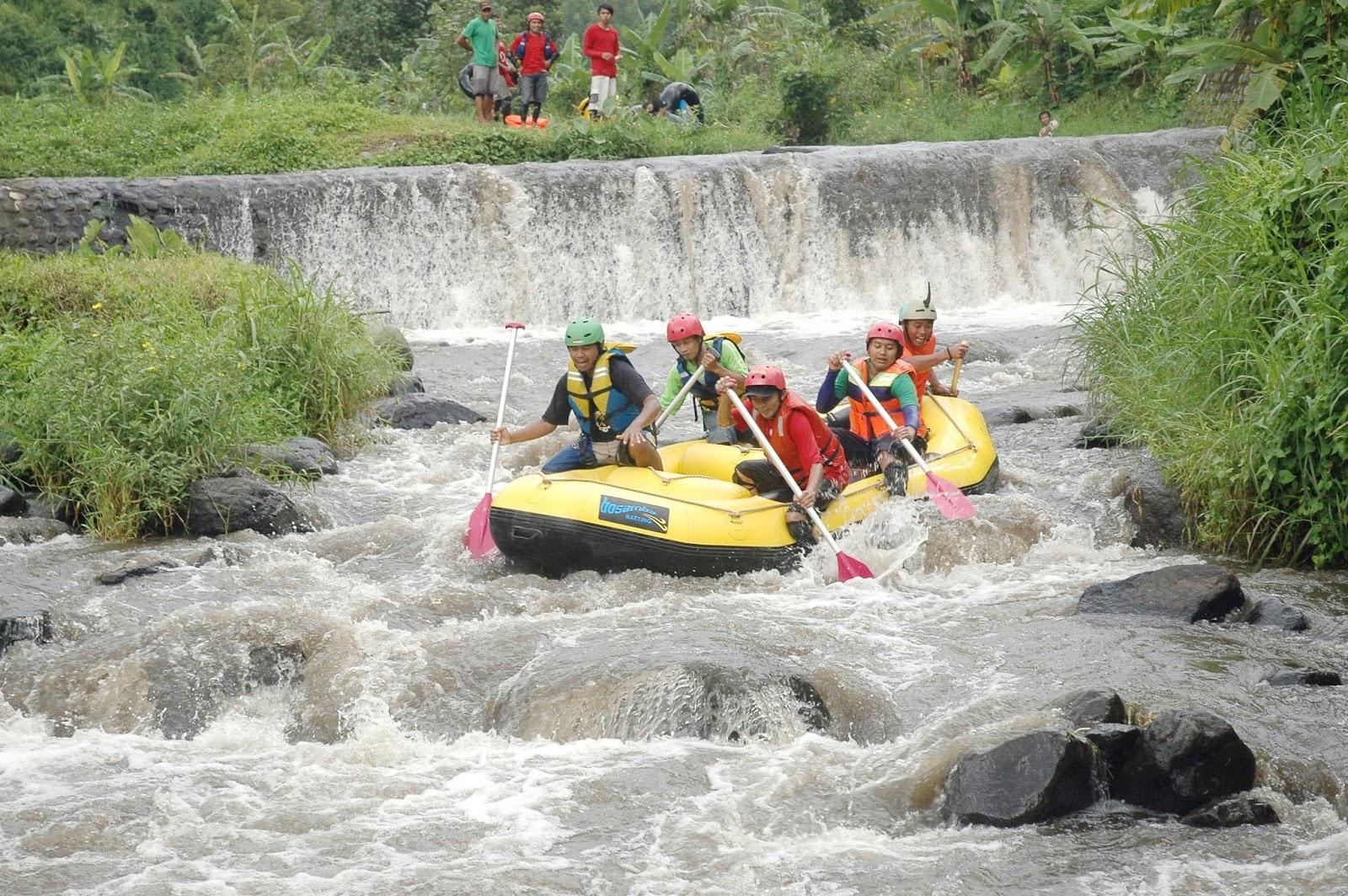 Rafting di Sungai Badeng! Serunya!